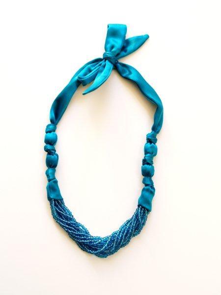 Ожерелье из бисера и атласной ленты.