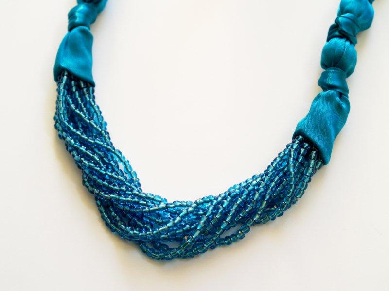 Источник: www.flamingotoes.com/2010/11/anthro-limitless-strands-necklace.  МК по созданию аксессуара.