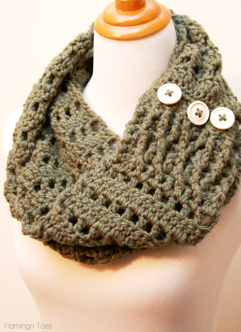 Crocheting Ends Of Infinity Scarf Together : DIY Chunky Crochet Infinity Scarf