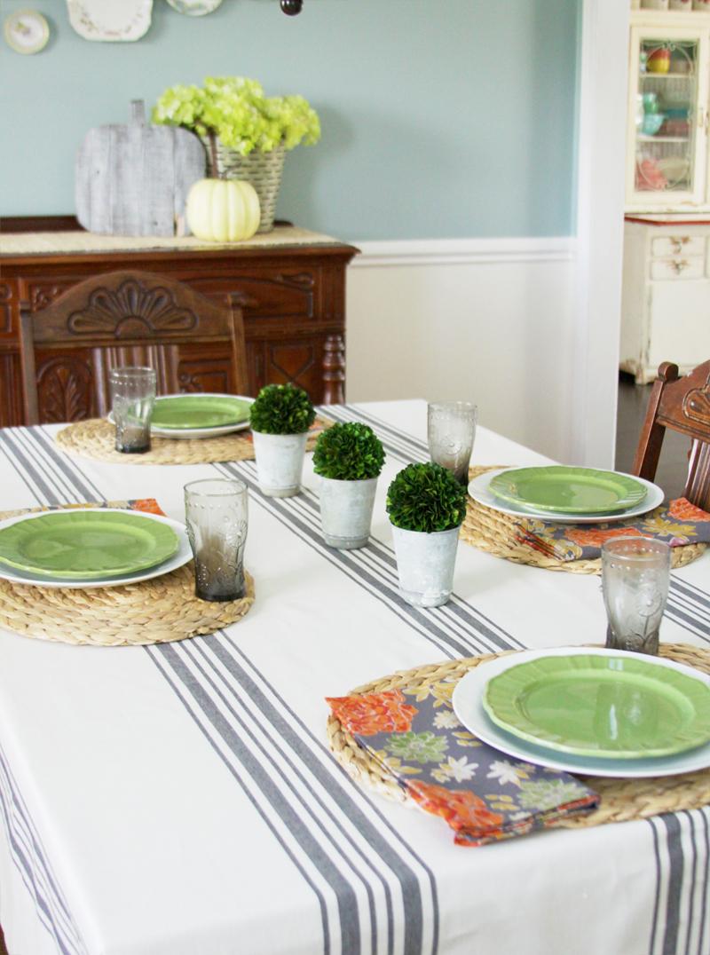 Simple dinner table setting - Fall Farmhouse Table Setting