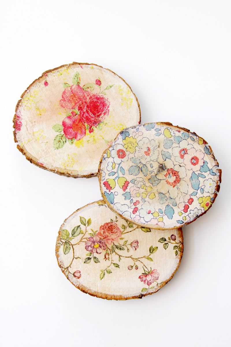 floral-napkins-on-wood-slices